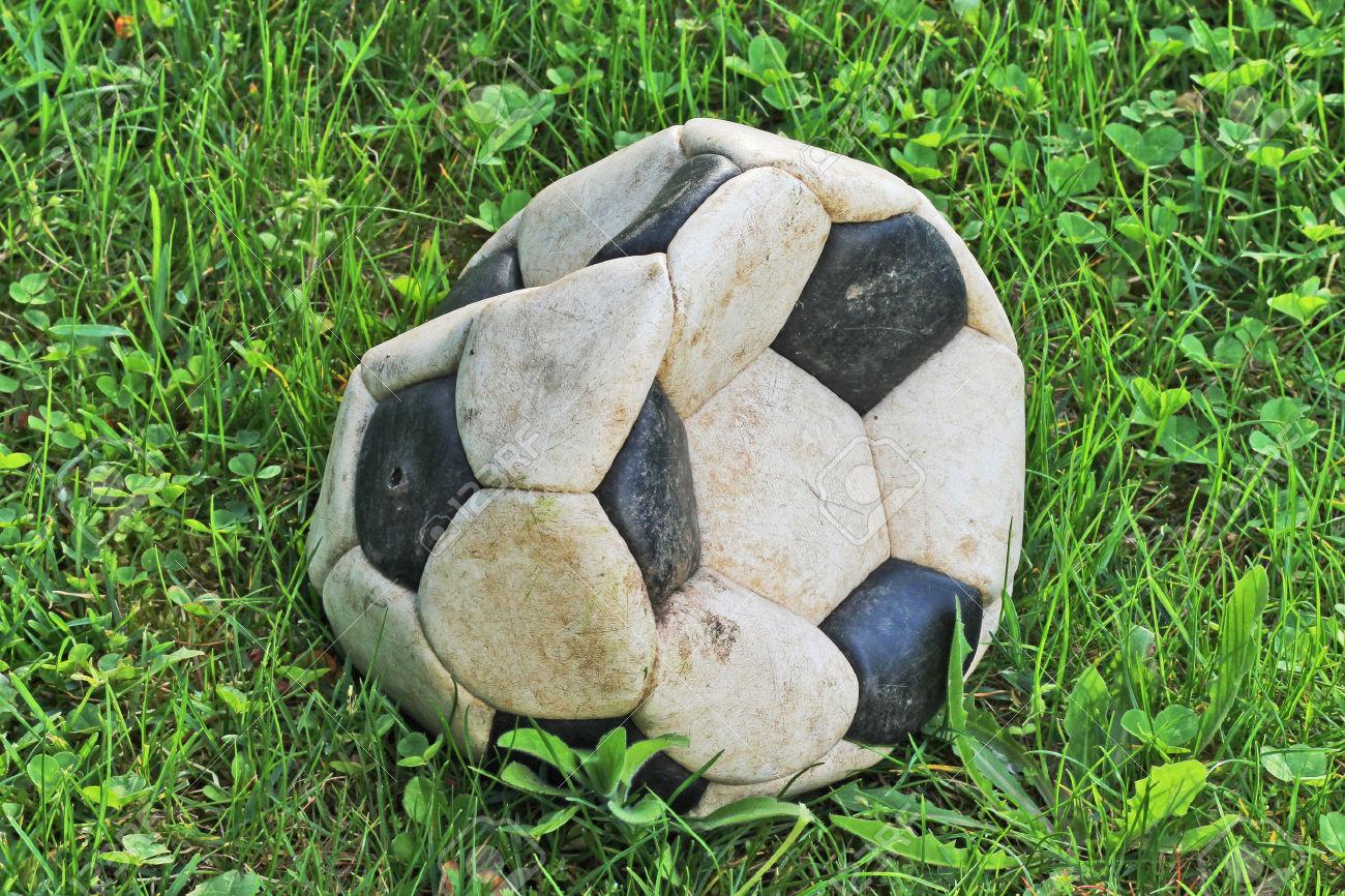 34658930-vecchio-pallone-da-calcio-sgonfio-archivio-fotografico